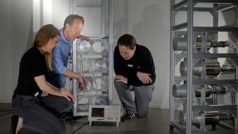 KTH-forskarna Jana Petrovic, Bo Cederwall och Alf Göök arbetar med tekniken för att upptäcka små mängder av radioaktiva ämnen. Professor Bo Cederwall i mitten. Foto: Biswarup Das.