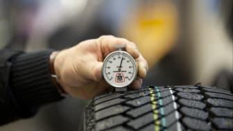 Mittarilla voidaan mitata renkaan kumiseoksen kovuutta.
