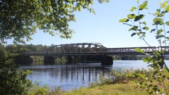 Mankellbron över Ljusnan i Sveg, en av två kombinerade väg- och järnvägsbroar längs Inlandsbanan