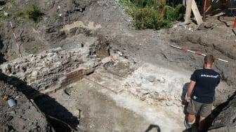 """""""Roskildes dyreste hul i jorden"""", her med arkæolog Alexander B. E. Banck, viste sig at rumme et fund af stor historisk betydning. Nu er """"hullet"""" omdrejningspunktet i et foredrag af middelalderarkæolog Jesper Langkilde. Foto: ROMU"""
