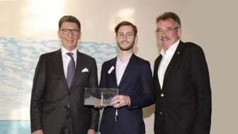 SENovation Award 2021: Moritz Schöllau (m.), myReha, nahm den Preis für das beste Startuo entgegen. Es gratulierten: Ulrich Leitermann (l.), Vorstandsvorsitzender SIGNAL IDUNA und Erhard Hackler, Vorstand Deutsche Seniorenliga. Foto: SIGNAL IDUNA