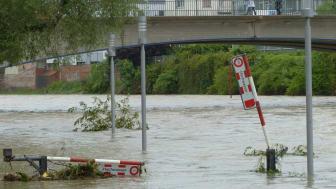 Wenn durch Tauwetter und Dauerregen Flüsse über die Ufer treten oder Gullis überlaufen, können nahegelegene Häuser Schaden nehmen - geschützt sind Bewohner mit dem Elementarschutz.