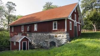 Ortala exteriört rött hus m vita knutar.jpg
