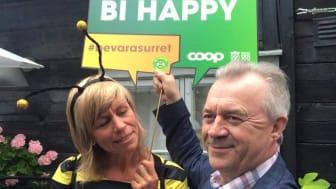 Landsbygdsminister Sven-Erik Bucht har just blivit bi-ambassadör vilket uppskattas av bidrottningen Louise König, hållbarhetschef på Coop.