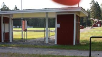 Omklädningsrum och duschar i idrottsanläggningen Norvalla har fortsättningsvis enbar öppet för personer födda 2005 och senare.