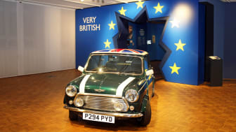 """""""Very British. Ein deutscher Blick"""" - Mini Cooper durchbricht """"europäische"""" Wand - Foto: Emilia Caruso"""