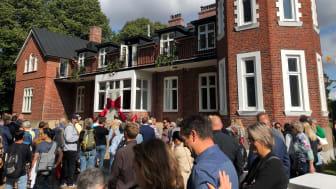 Rosetten klipptes under högtidliga former då nyrenoverade Botildenborg och dess verksamheter invigdes.