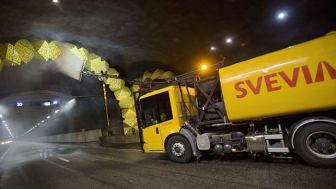 Svevia utför tunneltvätt i Södra Länken. Foto: Hanna Teleman.