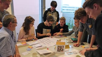 """Peter Koppatz (l.), Mitarbeiter im Projekt """"SecAware4school"""", betreute das Team des Paul-Fahlisch-Gymnasiums Lübbenau."""