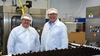 Leif Kjetil Gjendemsjø fra Pharma Marine viser han Marius Løseth Hauge fra TAFJORD rundt på fabrikken og forklarer om produksjon, strømbehov – og store innsparinger på forbruksavgiften.
