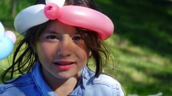 Delina Qestaj, 6, firar Drottninghög och Bopriset på grannkalas.