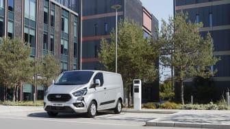 Uudet Ford Transit ja Tourneo Custom ladattavat hybridit mahdollistavat päästöttömän ajamisen ilman huolta ajomatkan keskeytymisestä