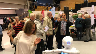 Mely Moberg-Ackebo bjuder upp Pepper till dans på Seniorfestivalen 2017.