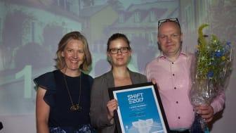Miljöminister Karolina Skog delar ut pris för SHIFT2017 till Emma Berginger (MP) och Anders Almgren (S), Lunds kommun.