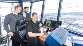 FULL KONTROLL MED IPAD: Fra venstre; prosjektleder Hans Christian Berg i Avinor Air Navigation Services, Kjetil Taraldlien, direktør forretningsutvikling i Sopra Steria og Karl Erik Salmila, flygeleder i Avinor Air Navigation Services.