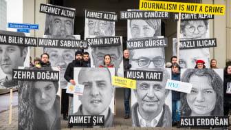 I Turkiet har över 100 journalister fängslats. På bild demonstrerar aktivister i Rotterdam utanför turkiska ambassaden, 2018.  © Amnesty International (Foto: Marieke Wijntjes)