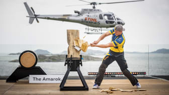 Sveriges Ferry Svan kæmper i Standing Block Chop foran den smukkeste udsigt ved Tjolöholms Slott.