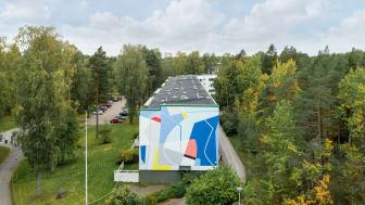 Italialaisen Gummy Guen toteuttamaa abstrakti muraali Kotkatiellä on esimerkki Karakallion taidealueen suosituista teoksista. Kuva: Ilkka Vuorinen
