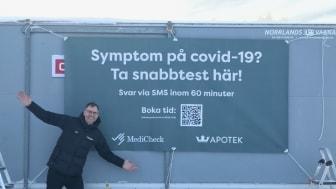 Kronans Apoteks regionchef, Magnus Hult, vid vagnen för snabbtest.