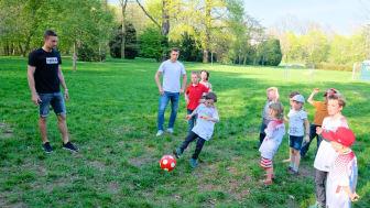 RB-Fußballer kicken im Kinderhospiz Bärenherz mit kleinen Fans um die Wette