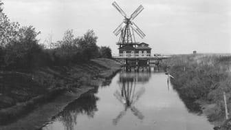 Den allra första turbinen invigdes 1870 och drevs av en vindmölla. Bilden är från 1895.