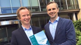 Våre analytikere Morten Trasti (venstre) og Tor-Erik Ingebretsen (høyre) er hovedskribentene i den nye Lindorffanalysen. Fallende arbeidsledighet er en av grunnene til at de tror på en utflating i gjeldsproblemene fremover. Foto: Lindorff