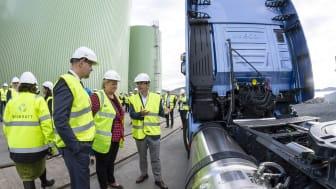 IVECO Brand President Pierre Lahutte med statsminister Erna Solberg ved siden av den nye IVECO Stralis NP 460