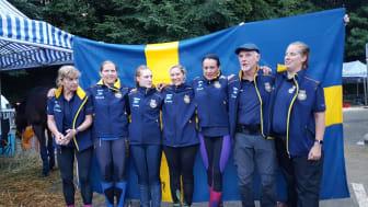 Svenska bronsgänget, fr v: Lena Eriksson, Anneli Ohlén, Sara Henriksson, Jessica Holmberg, Emma Svanäng, landslagsledare Léonard Liesens och veterinär Mia Svensson.