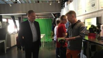 Under besöket fick Leif Östling en rundtur på Realgymnasiet. Elever och lärare på teknikprogrammet visade hur de arbetar med prototyper, design samt spel- och webbutveckling,gränssnittsdesign och 3D.