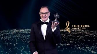 Felix Burda Award 2021: Vince Ebert mit Trophäe