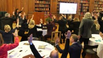 Anja Nordenfelt, verksamhetschef En Frisk Generation, leder rörelsepausen på Kronprinsessparets Stiftelses seminarium.