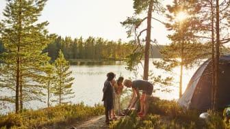 Foto: Clive Tompsett, en kvinna med tre barn som campar vid en sjö
