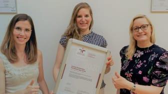 Projektkoordinatorin Christin Selent (Mitte) freut sich gemeinsam mit Teresa Gatzemeier (links) und Catharina Wille (rechts) über die Rezertifizierung.