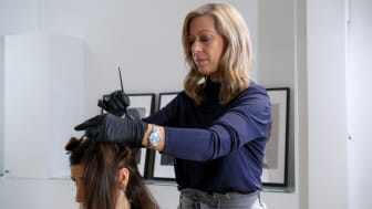 I arbetsmiljöguiden finns bland annat filmer där Årets Frisör 2019, Eva Strömblad, visar hur frisörer kan arbeta skonsamt. Foto: Andreas Gärdnert, Folkliv.