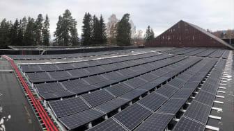 Taket over svømmehallen er ett av tre tak som kles med solcellepaneler. Foto: Ove Nordahl