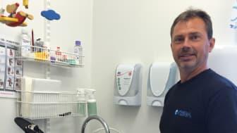 Anders Eriksson, drifttekniker på NSVA, är en av NSVAs medarbetare som arbetar med att ta utökade prov på dricksvattnet. Här besöker han en förskola i Domsten.