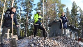 Björn Rinstad, vd Leksands Sparbank, Johan Karlsson, entreprenadchef Byggpartner och Ylva Thörn, landshövding samtalar efter det symboliska första spadtaget.
