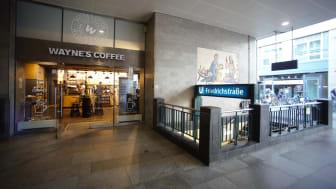 Wayne's Coffe vid nedgången till station Friedrichstraße