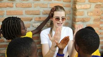Beim Spielen mit den Schülern aus Ntarama