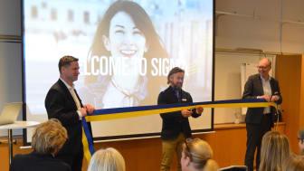 Sigma IT Consultings VD Lars Kry klipper bandet vid invigningen av kontoret i Södertälje tillsammans med Jan Tylestedt, Business Area Manager East (t.v.) och Ulf Ödesjö Business Area Manager R&D (t.h.).
