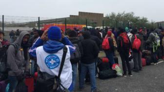 Människor köade i timmar för att lämna lägret i måndags. Foto: Pippa Hatton