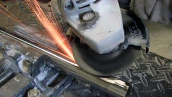 Kapning och slipning av flera olika material med en och samma skiva med batteridrivna vinkelslipar
