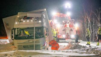 Bärgningsuppdrag av lastbil i dike. «Ice Road Rescue» säsong 5 har premiär torsdag 8 oktober kl. 21.00 på National Geographic. (Foto: National Geographic)