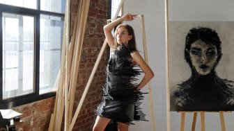 Anne-Laura Fischer präsentiert ein Kleid aus Kabelbindern von der Designerin Laura Krettek - Foto: Isabell Gradinger