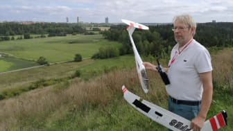 Modellflygaren Klas-Göran Wirström kommer till Granholmstoppen när vindarna är de rätta. På 70-talet var han med och bygga upp tippen som lastbilschaufför. Men kontrollen av det som tippades var dålig.