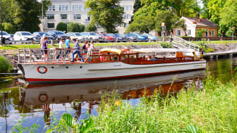 Båtbuss lägger till längs Pråmkanalen