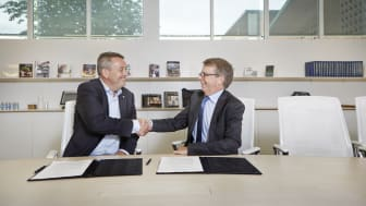 Stefan Bengtsson, rektor på Chalmers och AkzoNobels Nordendirektör, Lars Andersson, skakar hand efter signeringen av det nya samarbetsavtalet.