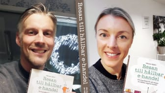Författaren och hållbarhetskonsulten Mårten Sjölin och redaktör Johanna Allhorn visar upp den nya boken Resan till en hållbar e-handel