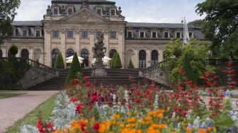 Ein Städtetrip geht auch ohne viel Gedränge: Das Maritim Hotel Fulda in direkter Innenstadtlage ist umgeben vom herrlichen Schlossgarten, Stadtrundgänge zum Beispiel bieten vielfältige Erlebnisse unter freiem Himmel. Dafür ist der Spätsommer ideal.