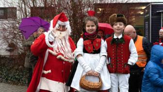 Nikolaus trifft Schwälmer Tracht: Beim Hephata-Weihnachtsmarkt gibt es Kinderprogramm und Lokalkolorit.